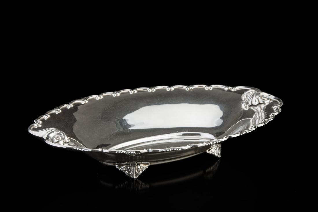 Alzata centrotavola in argento di forma ovale sagomata