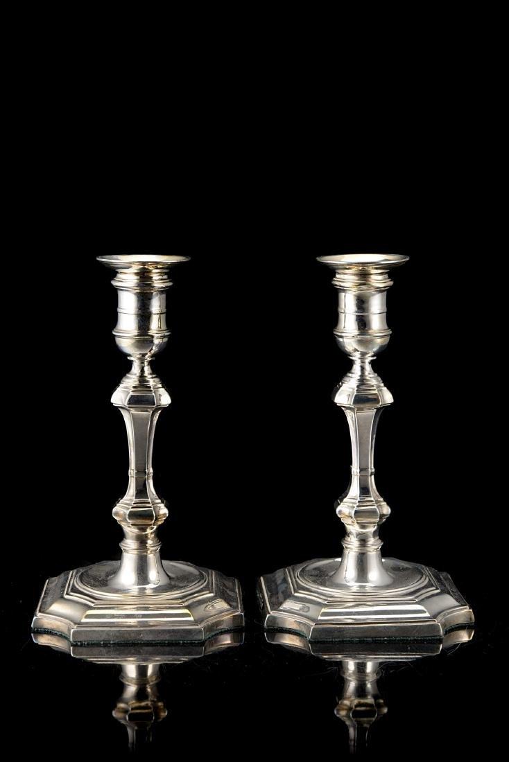 Coppia di candelieri in argento con fusto a balaustro e