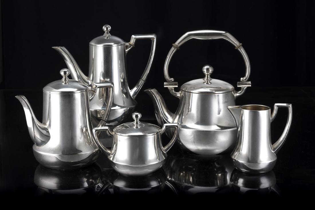 Servizio in argento composto da due caffettiere, una
