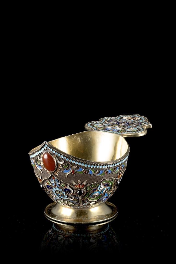 Kovsh in argento parzialmente dorato, smalti policromi