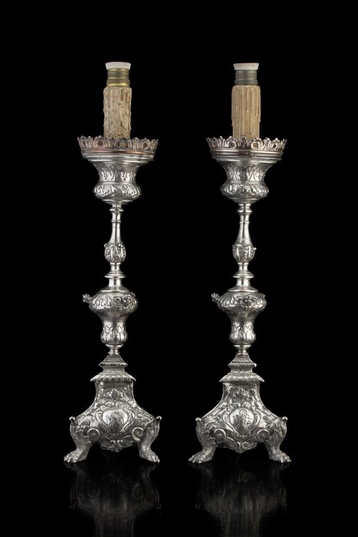 Coppia di torciere in argento con fusto a balaustro su