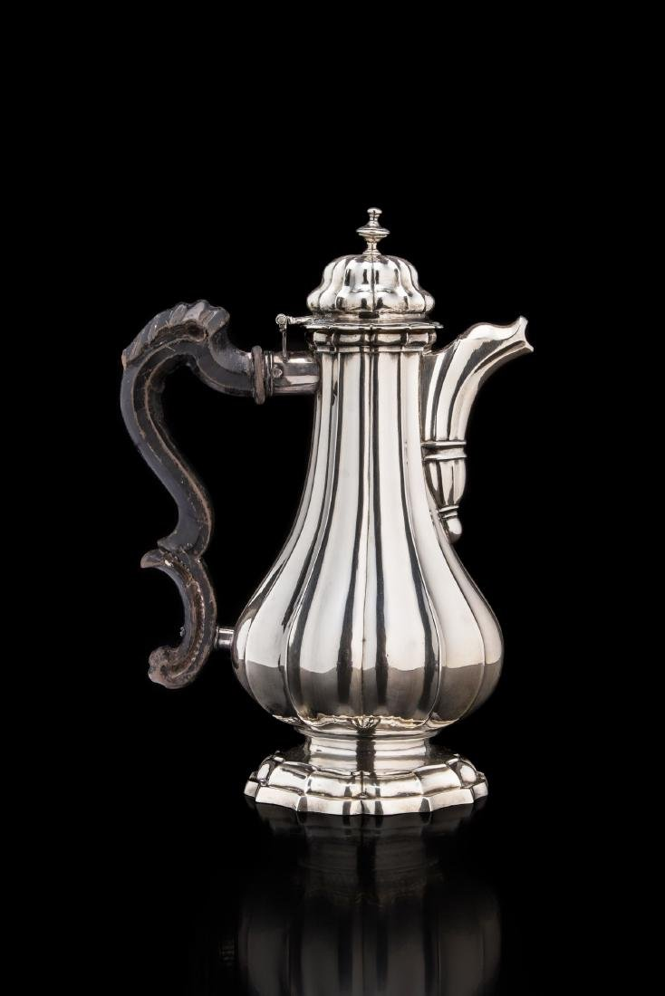Caffettiera in argento con piede mistilineo gradinato,