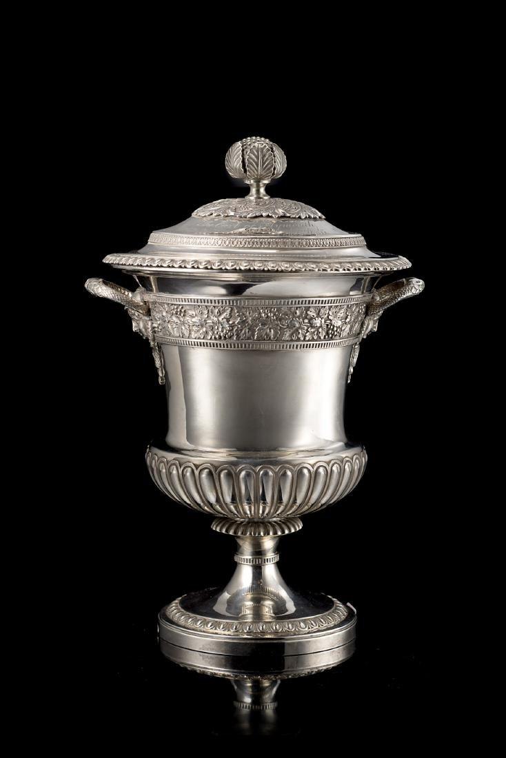 Coppa in argento con coperchio: corpo a cratere