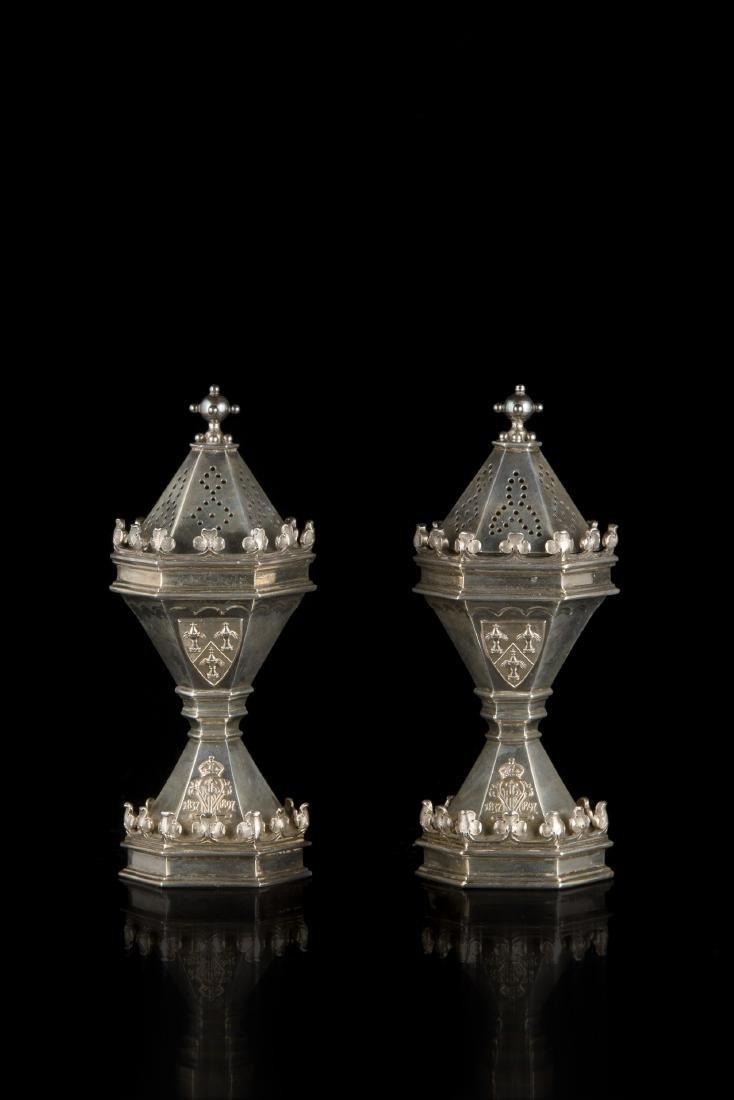 Coppia di Jubilee casters in argento dorato; corpo a