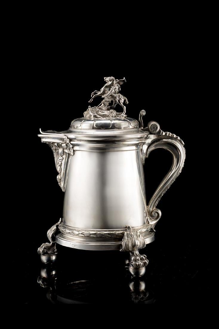 Versatoio tripode in argento con corpo cilindrico
