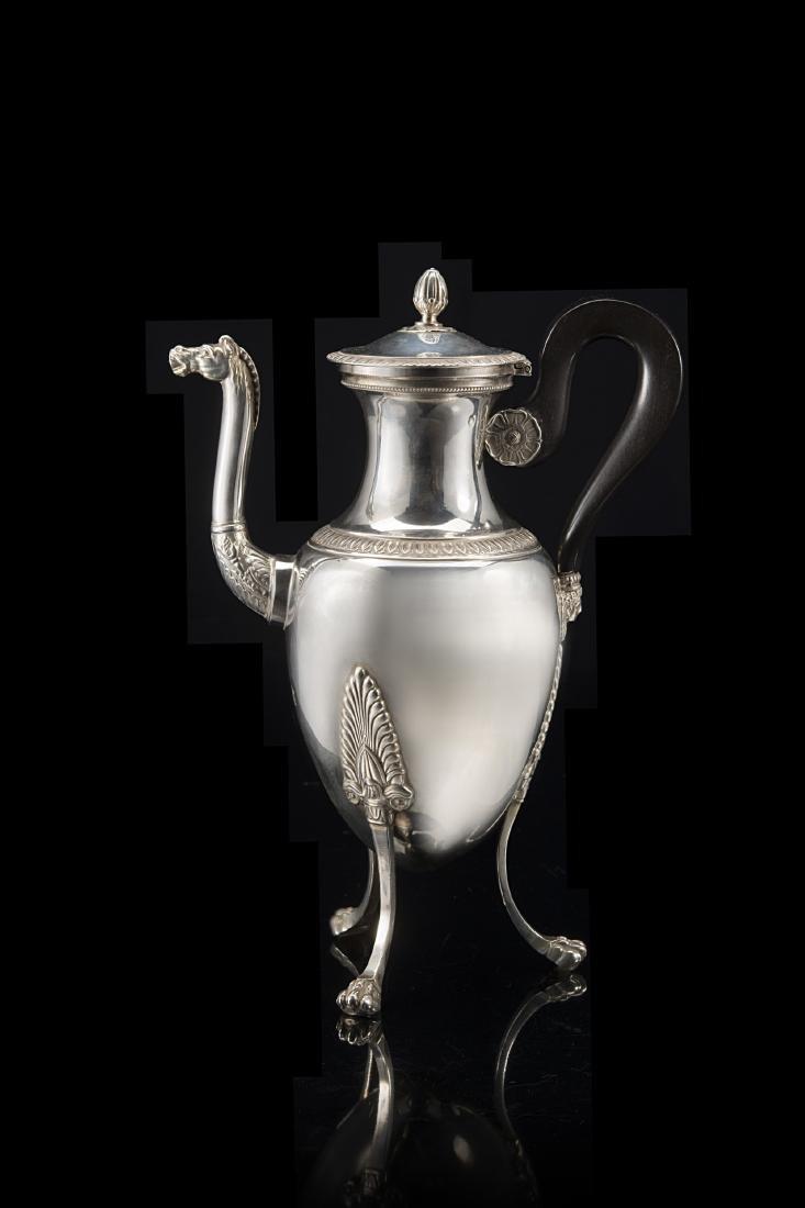 Caffettiera tripode in argento con corpo ovoidale