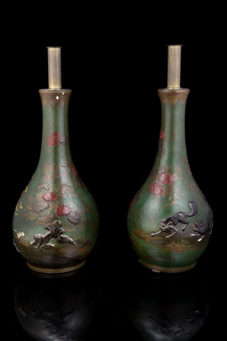 Coppia di vasi a bottiglia in ceramica decorati su