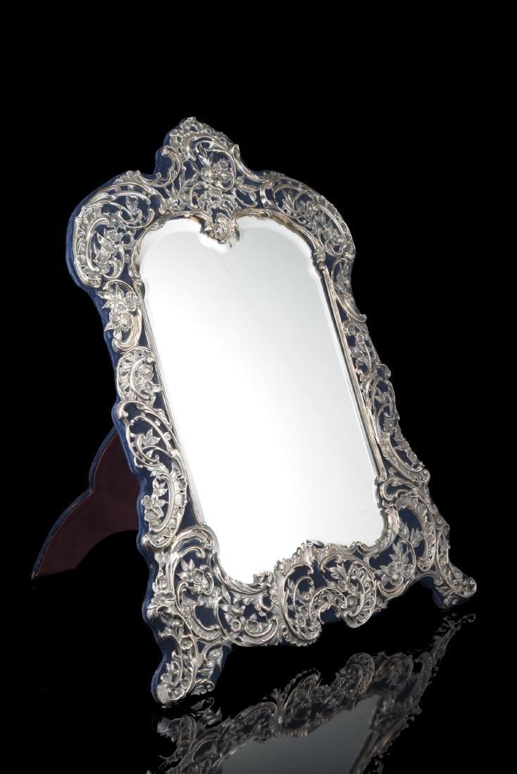 Grande specchiera con cornice in argento di forma