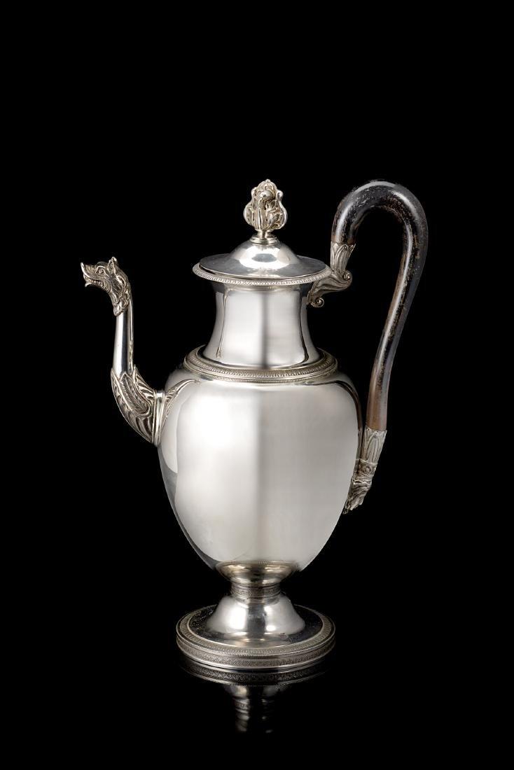 Caffettiera in argento con corpo ovoidale liscio,
