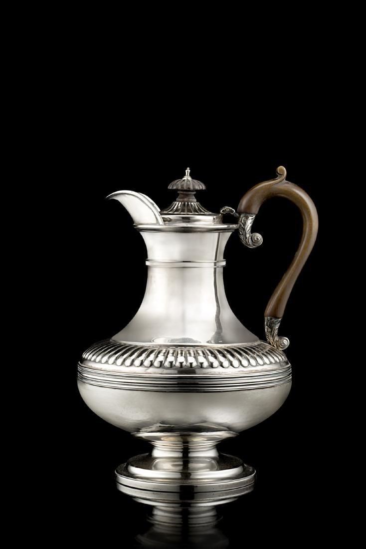 Caffettiera in argento con corpo ad oinochòe, decorata