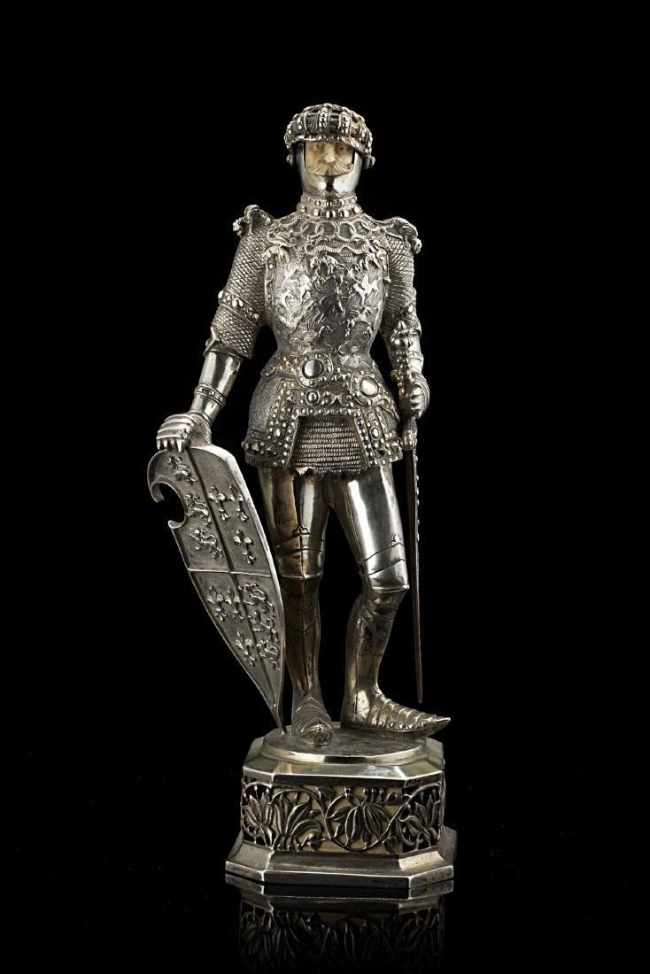 Scultura in argento di cavaliere in armi su plinto