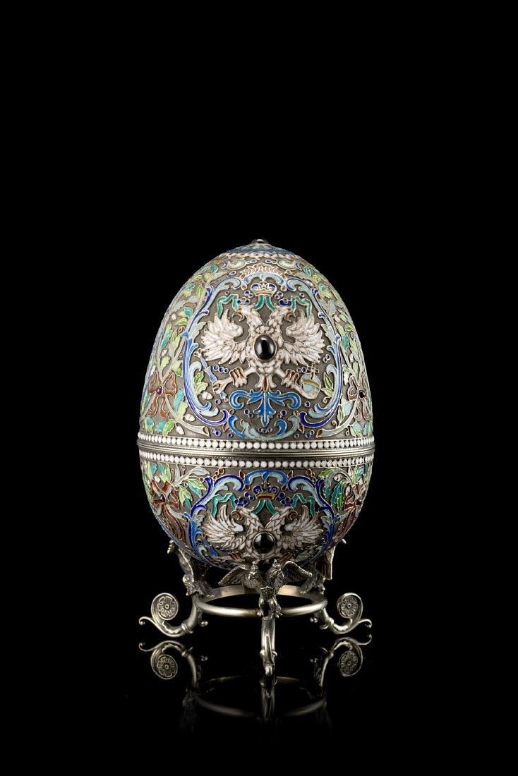 Uovo in argento, smalti policromi cloisonné e pietre,