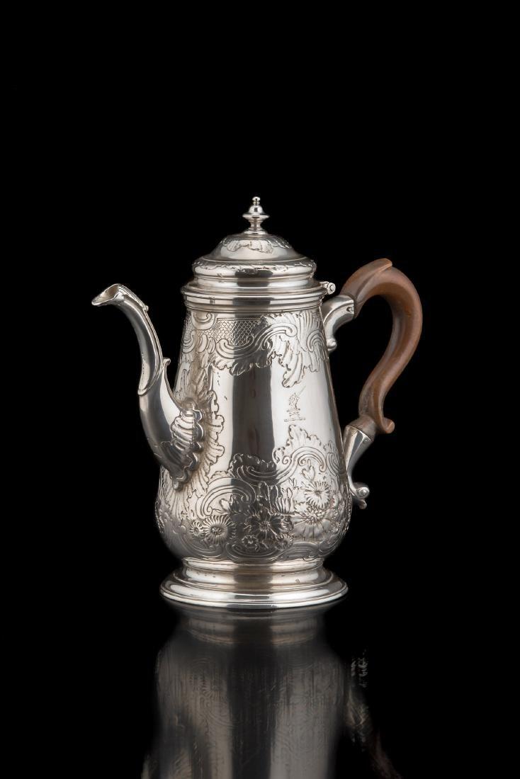 Caffettiera in argento con corpo piriforme cesellato a