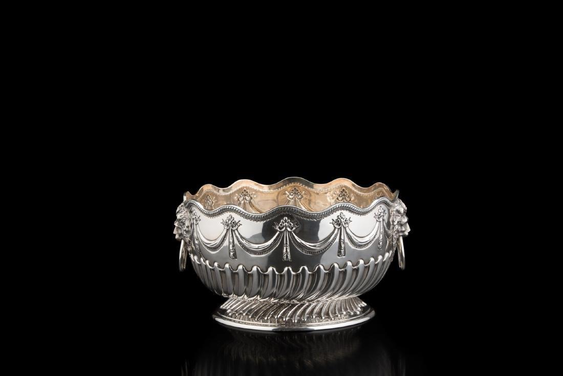 Bowl in argento decorata da fasce di baccellature mosse