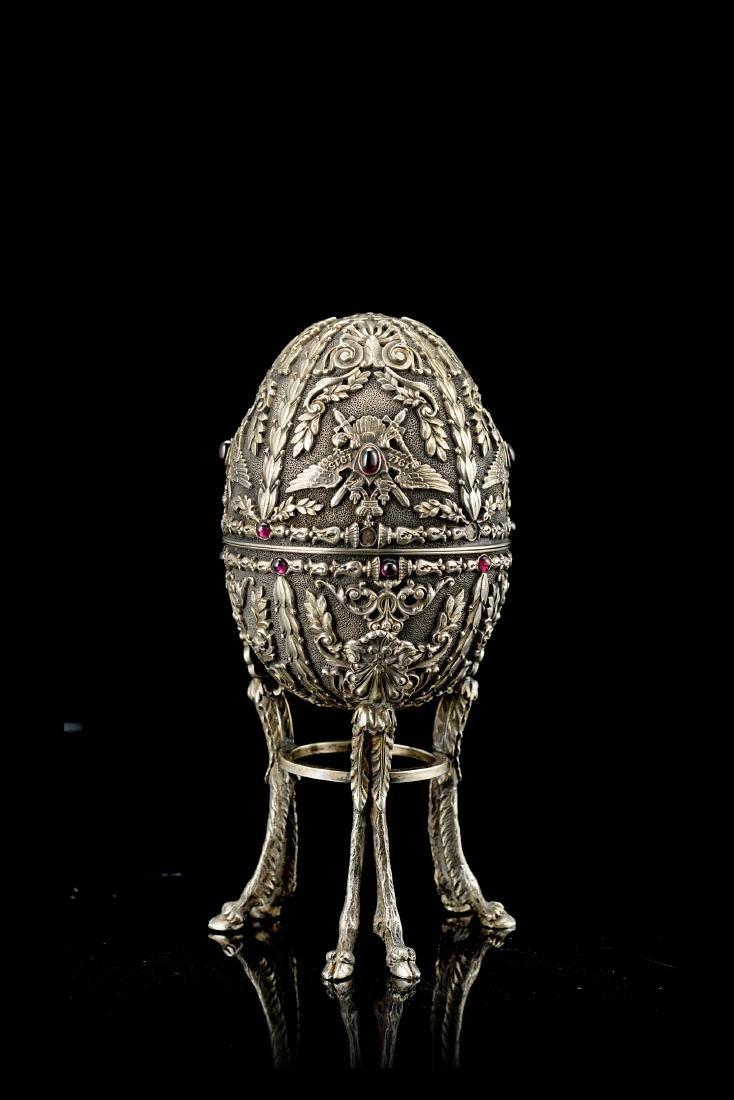 Uovo in argento dorato e cabochons, decorato con aquile