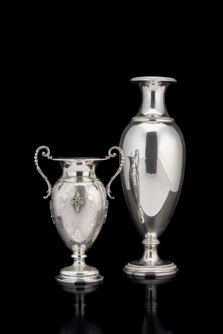Due vasi in argento di forma ovoidale, di cui uno