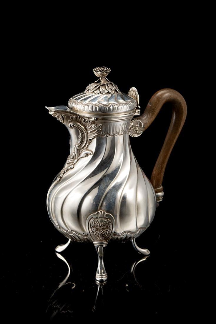 Caffettiera in argento con corpo piriforme, decorato a