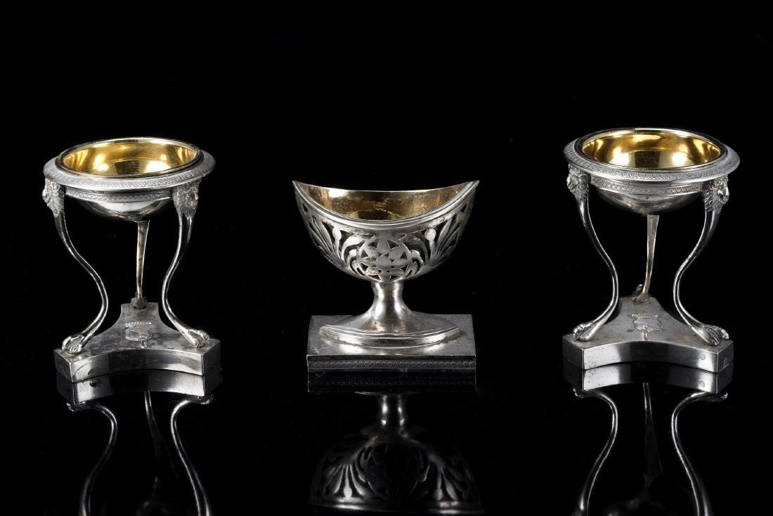 Coppia di saliere a braciere in argento su montanti con