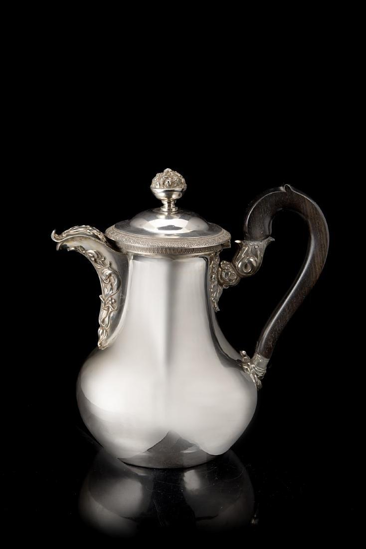 Caffettiera in argento con corpo piriforme e superficie