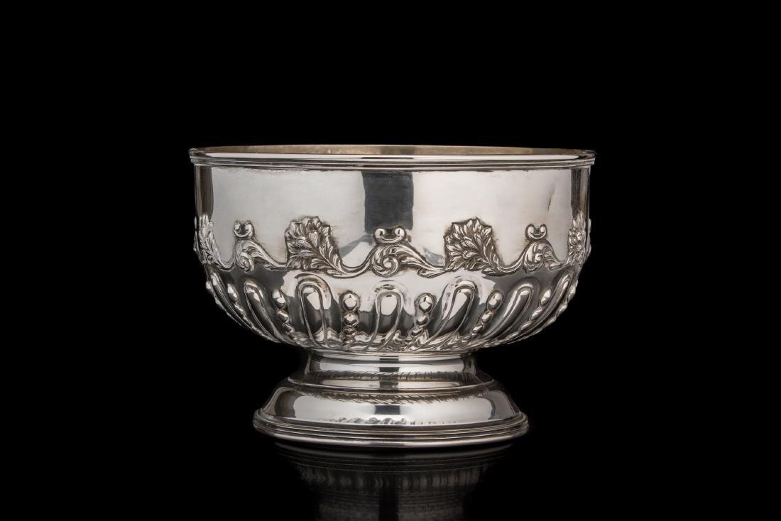 Bowl in argento di forma circolare decorata da