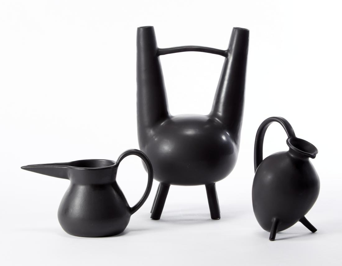 Tre vasi in ceramica smaltata in nero, realizzati su