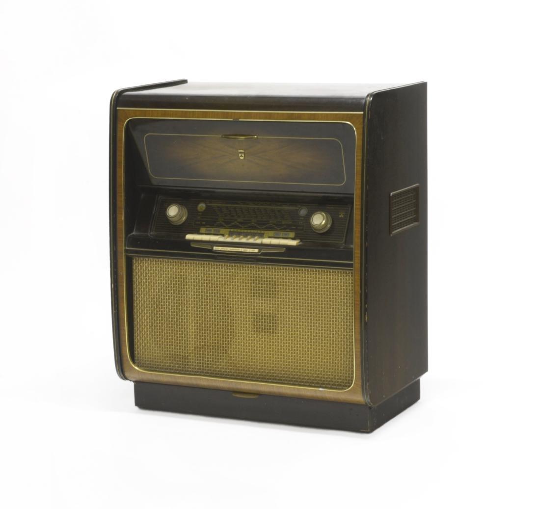 Mobile radio e giradischi con corpo in legno.
