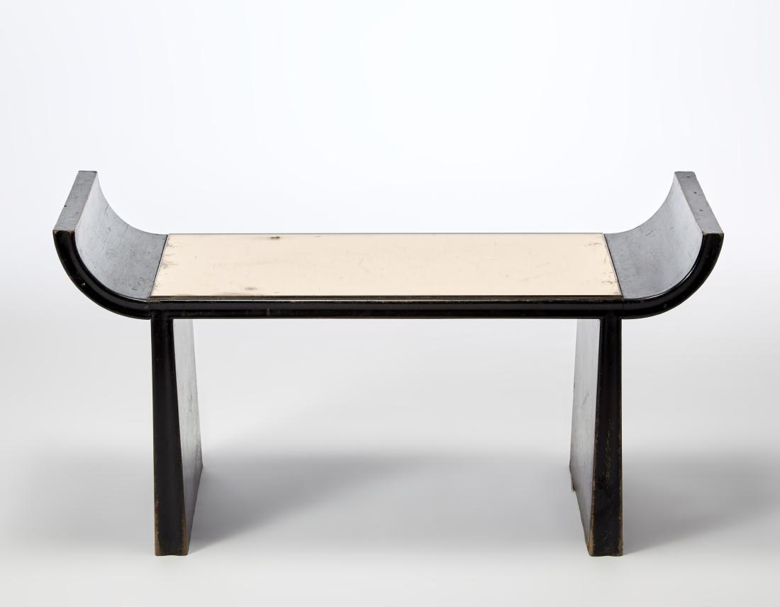 Tavolino in legno ebanizzato e piano in vetro a