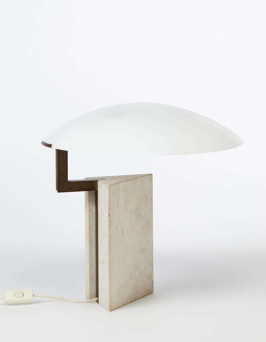 Lampada da tavolo con base prismatica a sezione