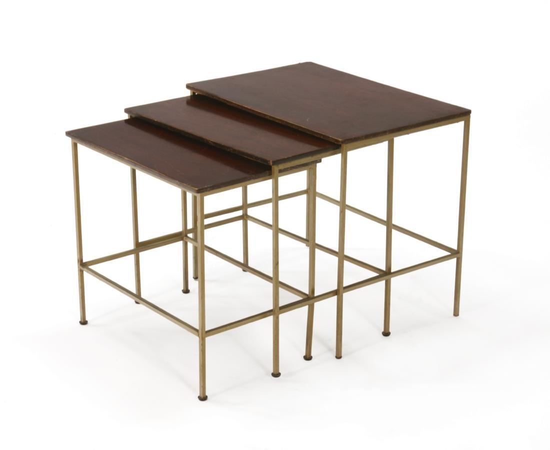 Gruppo di tre tavolini a nido in metallo con piani in