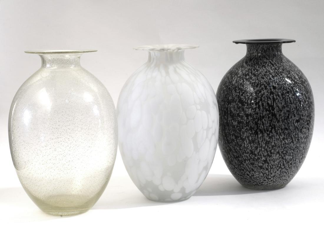 Lotto composto da un vaso in vetro soffiato lattimo