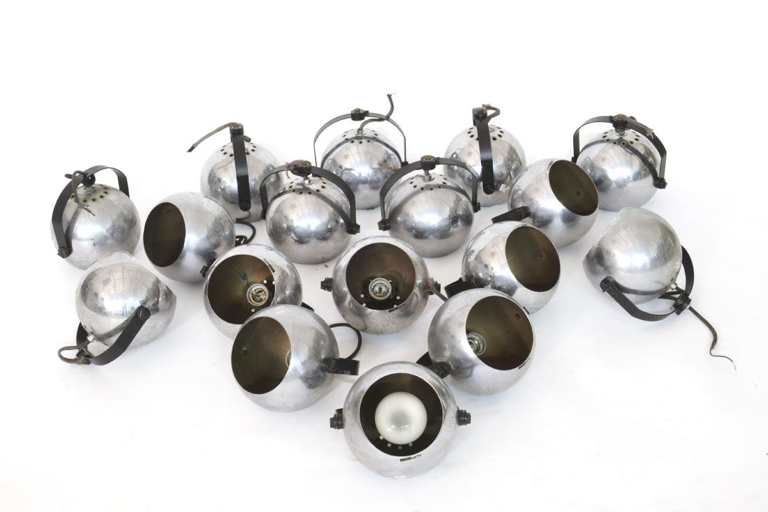 Lotto di diciassette lampade sferiche da parete.
