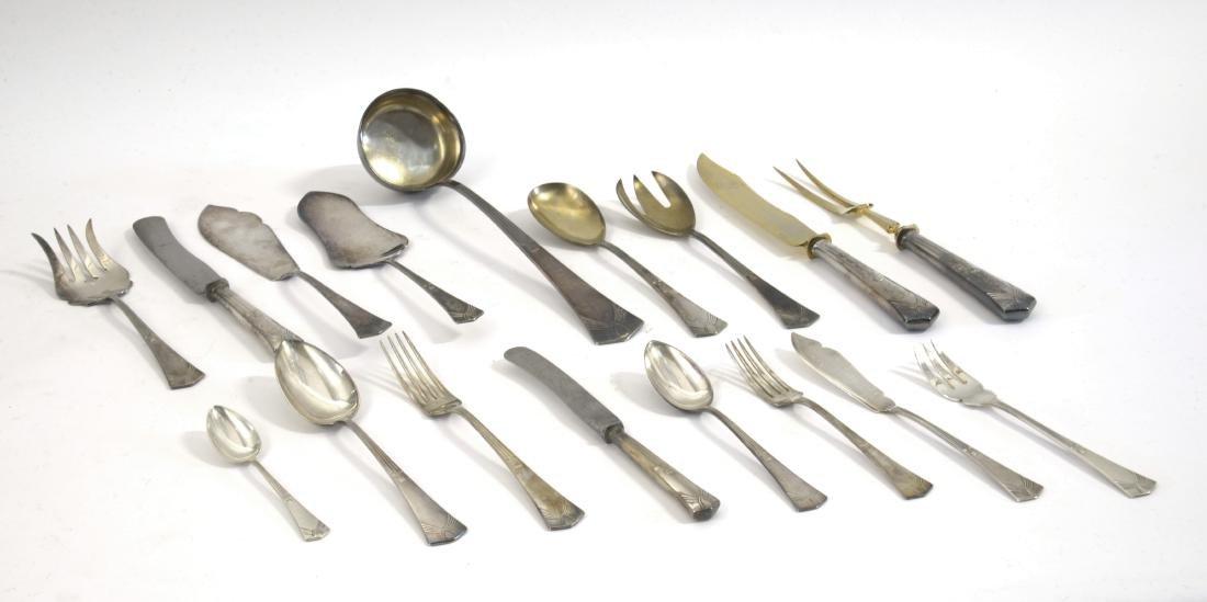 Servizio di posate in metallo con motivi decorati con