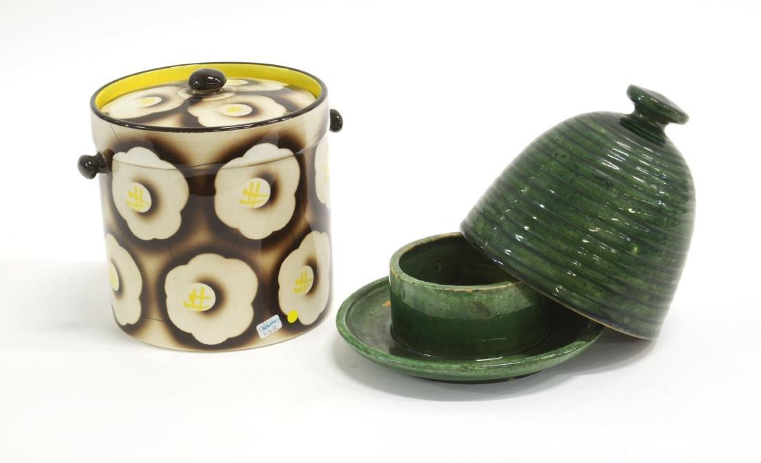 Lotto composto da una biscottiera in ceramica smaltata