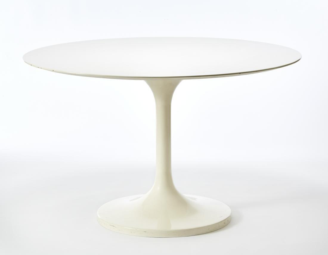 "Tavolo ispirato al modello ""Tulip"" di Eero Saarinen."