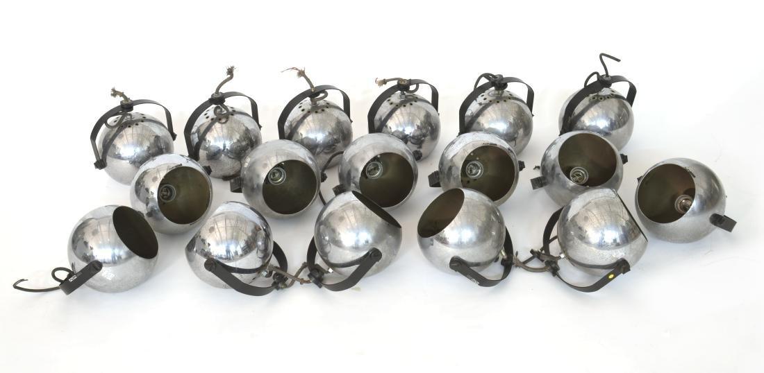 Lotto di diciasette lampade sferiche da parete.