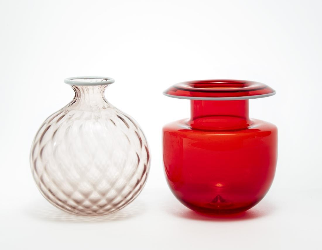 Lotto composto da un vaso in vetro soffiato rosso con