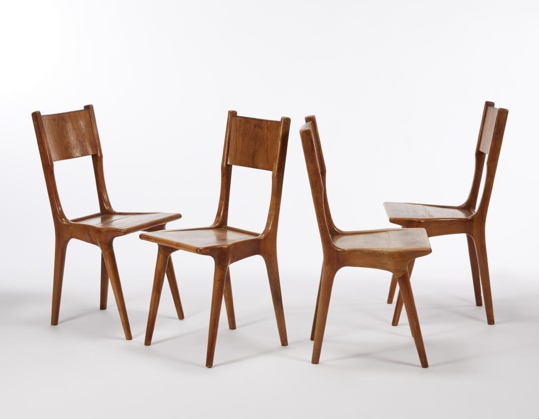 Lotto di quattro sedie in legno massello di noce nello