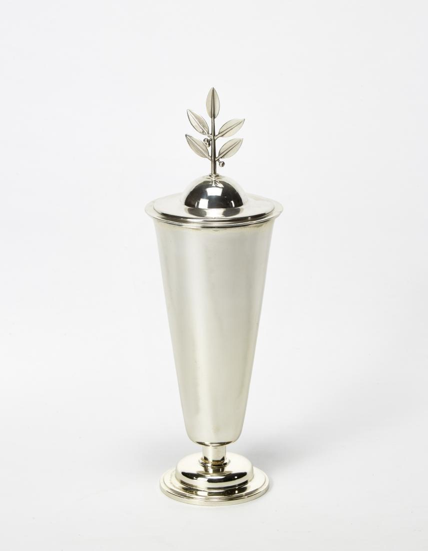 F.lli Venezan Urna in argento in stile Novecento.
