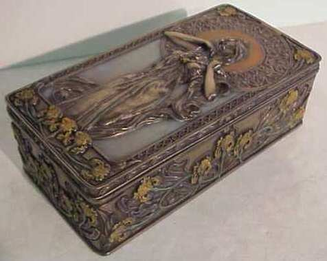 1022A: Art Nouveau style lidded box with a beauty and