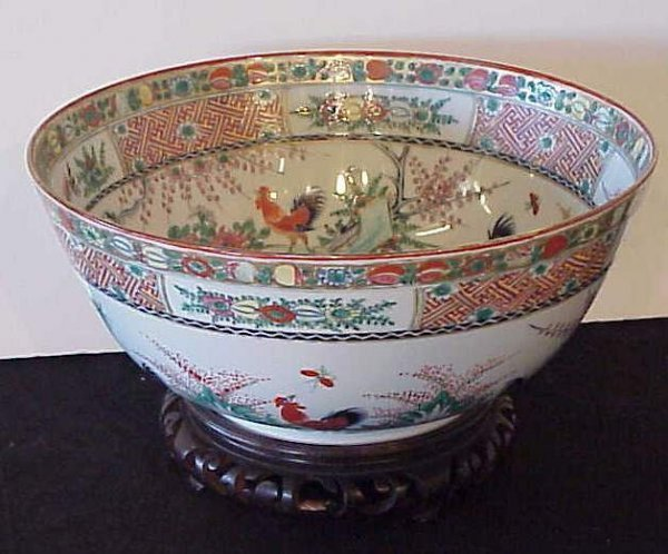 1014: Decorative Asian center bowl decorated with  roos