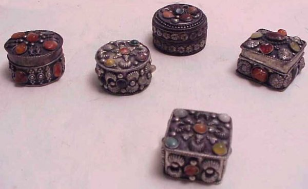 24: 5 silver and hardstone decorated lidded boxes, ea