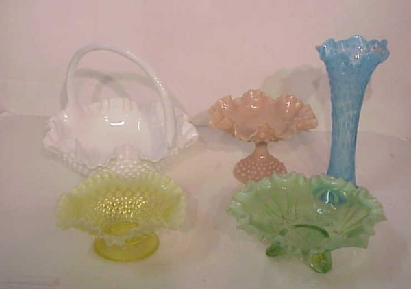 1009: 5 colored hobnail glass pieces - two vaseline  bo