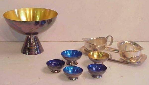 2016: Modern silver plate table top items including Coh