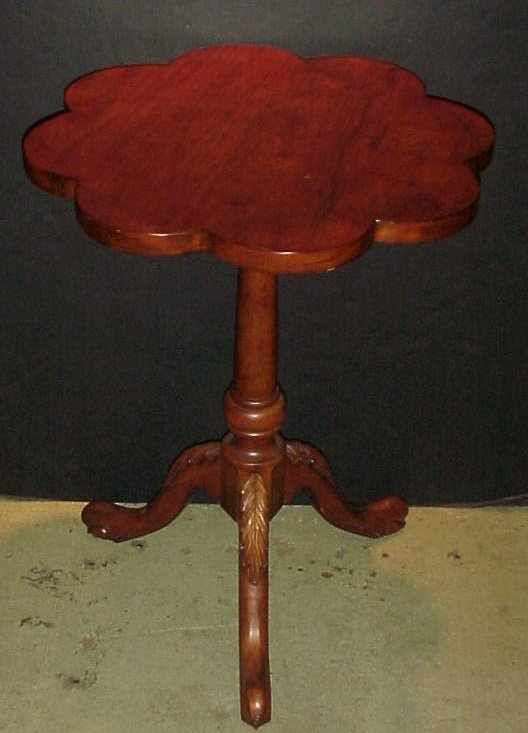 3018: Small clover leaf side table