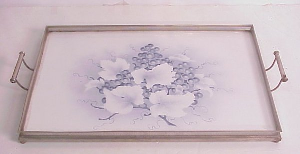 3011: Porcelain tray with grape cluster decoration  mou