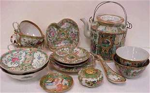 CHINESE ROSE MEDALLION TEAPOT, ASSORTED SMALL PIE