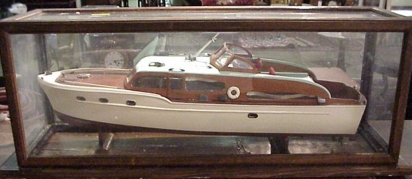 3117: Chris Craft cabin cruiser in case, 1950's, lackin