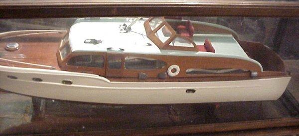 3117: Chris Craft cabin cruiser in case, 1950's, lackin - 2