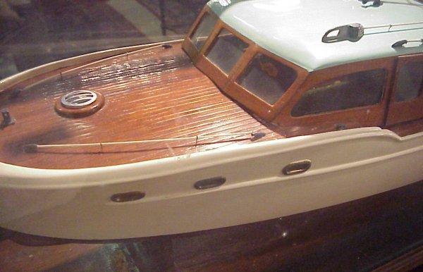 3117: Chris Craft cabin cruiser in case, 1950's, lackin - 3
