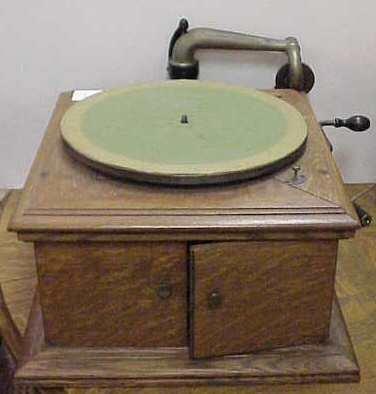 1015A: VICTROLA OAK WINDUP TABLE MODEL PHONOGRAPH